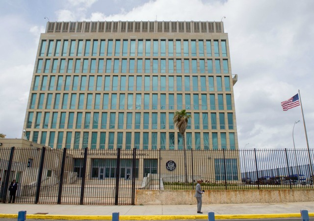 https://commons.wikimedia.org/wiki/File:U.S._Flag_Flaps_Outside_U.S._Embassy_in_Havana,_Cuba_(25998479275).jpg