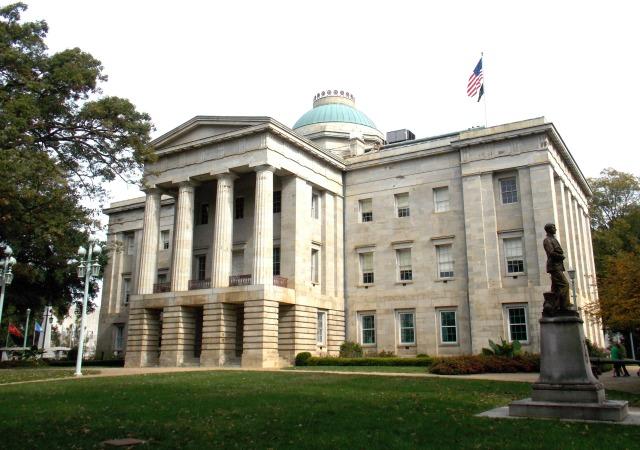 https://upload.wikimedia.org/wikipedia/commons/0/04/2015_North_Carolina_State_Capitol.JPG